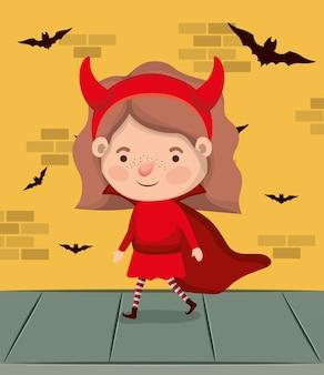 Маленькая девочка с костюмом дьявола и летучие мыши летают в стене