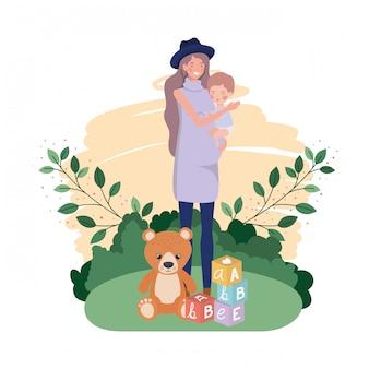 キャンプで小さな男の子とかわいい妊娠母親