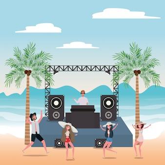 Мальчик и девочка с купальниками танцуют на пляже