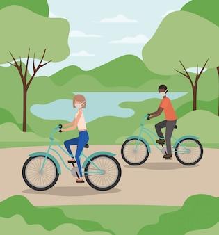 女の子と男の子の公園でサイクルの医療マスク