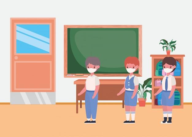 教室でマスクを持つ男の子の子供