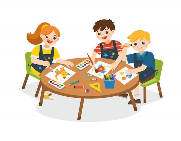 学校に戻る。幸せな子供は絵を描き、紙に描きます。かわいい男の子と女の子が一緒に楽しんでいます。子供たちは興味を持って見上げる。アートキッズ。