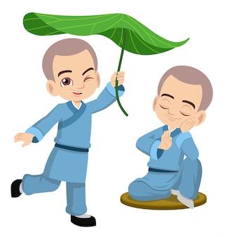 かわいい小さな少林寺の僧侶は遊び心とリラックス