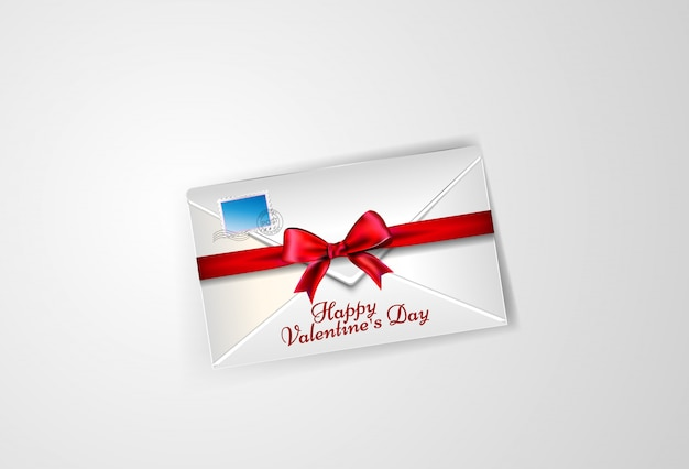 Белый конверт, перевязанный лентой с бантиком