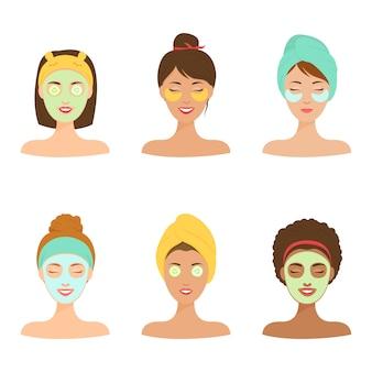 自宅でのパーソナルケア。彼女の顔に化粧品のマスクを持つ別の女の子。
