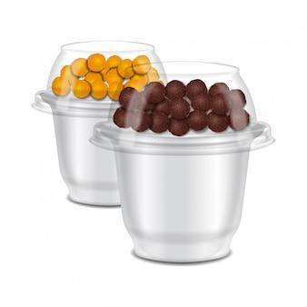 サワークリーム、ヨーグルト、ジャム、デザートの丸い光沢のあるプラスチックポットのセット。チョコレートクランチのトッパー付き。現実的なパッケージテンプレート