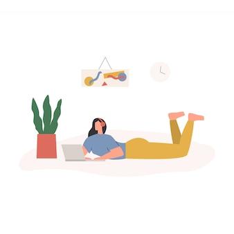 在宅勤務の女性。ラップトップで床に横たわってオンラインミーティングを持つ女性。自宅からリラックスしたペースで居心地の良い職場で働くフリーランサーのキャラクター。フラットイラスト