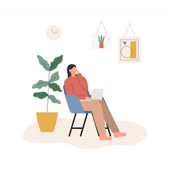 在宅勤務の女性。ノートパソコンと肘掛け椅子に座って、彼女の電話で会話している女性。自宅からリラックスしたペースで居心地の良い職場で働くフリーランサーのキャラクター。フラットイラスト