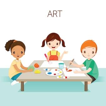 アートクラスでリラックスした子供、学校に戻る学生