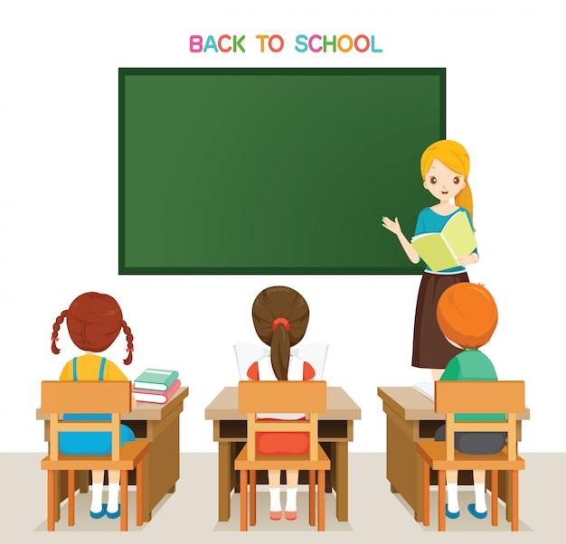 学校に戻って教室で生徒を教える先生
