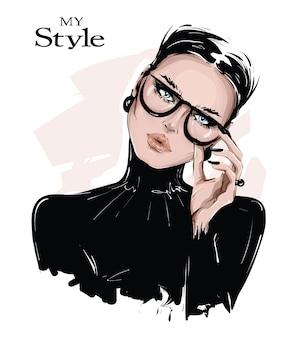 手描きの眼鏡の美しい若い女性。黒のシャツでスタイリッシュな女の子。ファッション女性を見てください。
