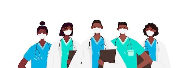 白い医療フェイスマスクで医師の文字のセット。コロナウイルスの概念を停止します。医療チームの医師、看護師、セラピスト、外科医、専門病院の労働者、医療関係者のグループ。