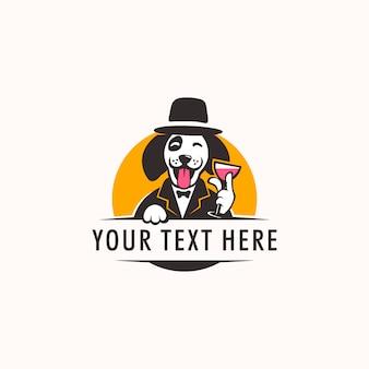 ワインのグラスを持って、帽子のシンボルのマスコットのロゴを着てかわいい犬