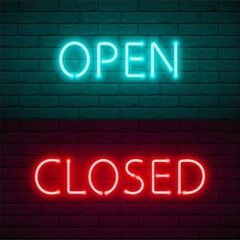暗いレンガの壁の背景に明るいネオンの輝きを持つレタリングを開きます。ショップ、カフェ、バー、レストラン、ナイトクラブの看板ドアのイラストのタイポグラフィ。検疫の閉鎖情報。