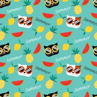 かわいい猫と夏のフルーツのシームレスパターン。