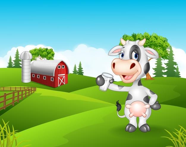 Счастливая корова стояли изолированы в ферме