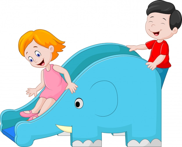 Маленькие дети, играющие на слайдах