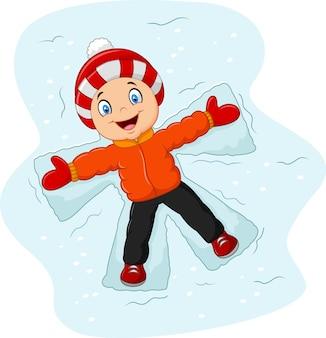 小さな男の子、雪の背景に横たわっている