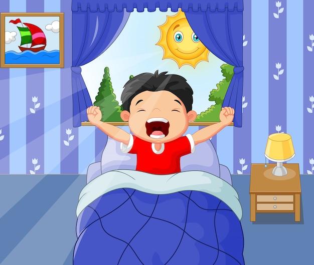 小さな男の子が目を覚まして夜遅く