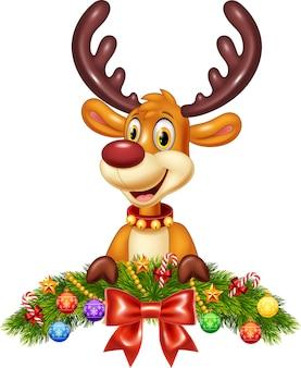 Симпатичный олень с рождественским украшением