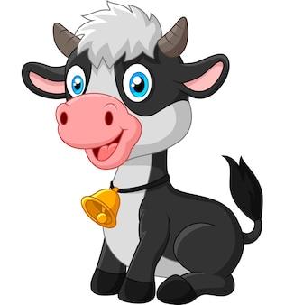 白い背景に座っている幸せな赤ん坊の牛