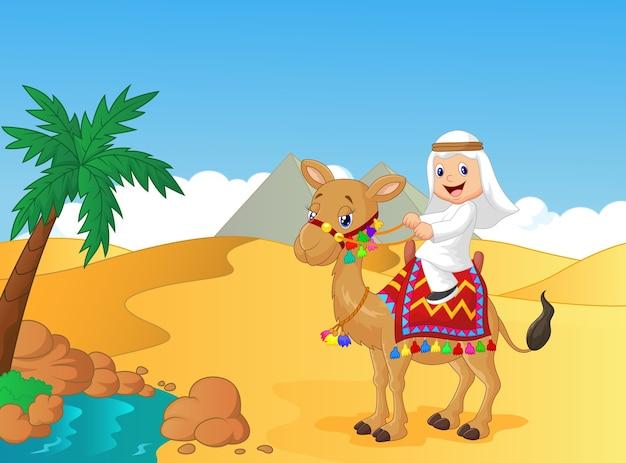 アラブ男の子が乗っているラクダ
