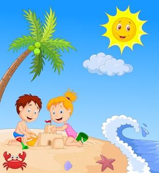 トロピカルビーチで砂の城を作る子どもたち