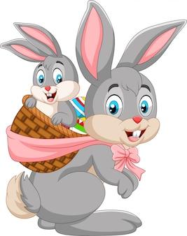 イースターのウサギの赤ちゃんウサギのバスケットを運ぶ