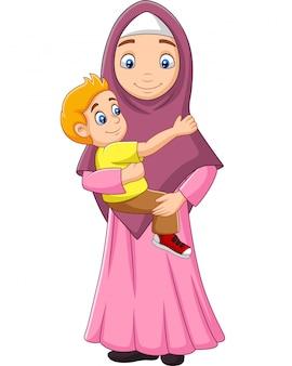 彼女の息子を抱き締めるイスラム教徒の母親