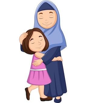 彼女の娘を抱いて幸せなイスラム教徒の母親