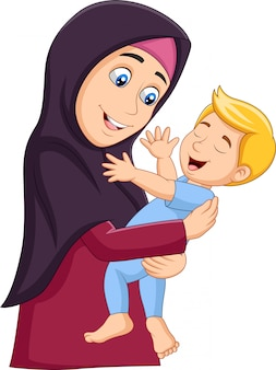Мусульманская мать обнимает сына