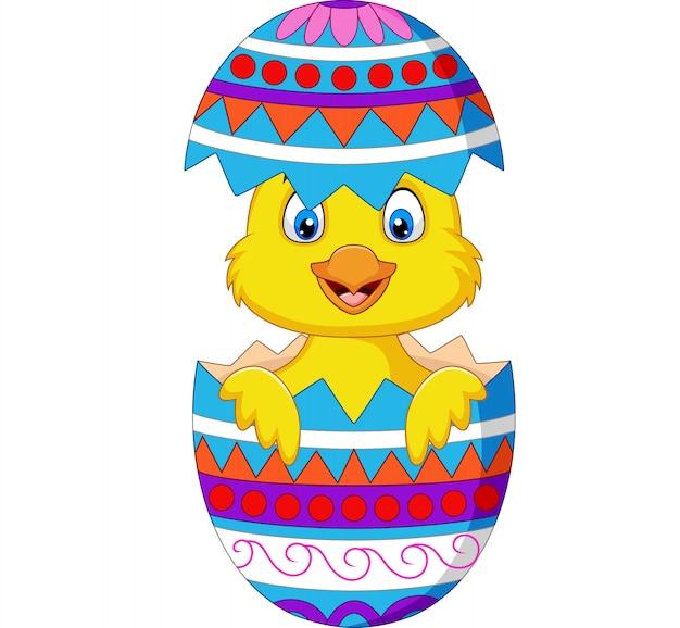 Мультяшный цыпленок выходит из пасхального яйца
