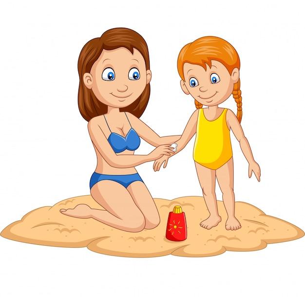 Мать применяет солнцезащитный крем для своей девочки