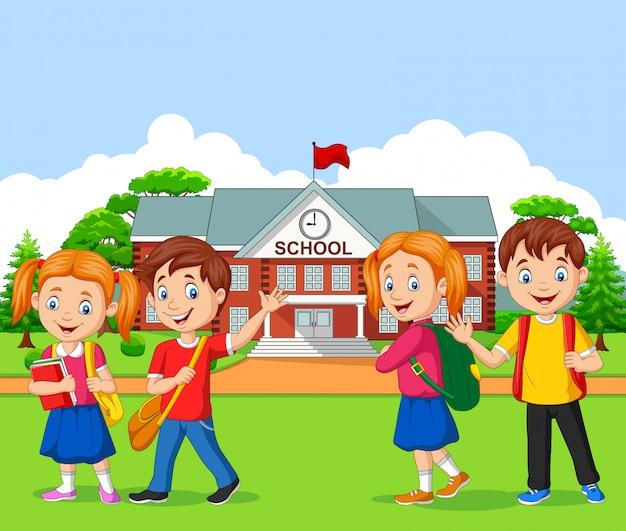 学校の前で幸せな学校の子供たち
