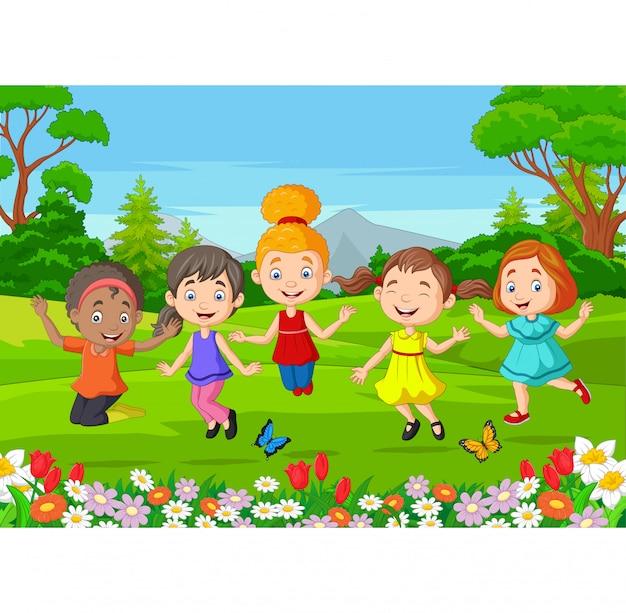 幸せな子供が公園でジャンプ
