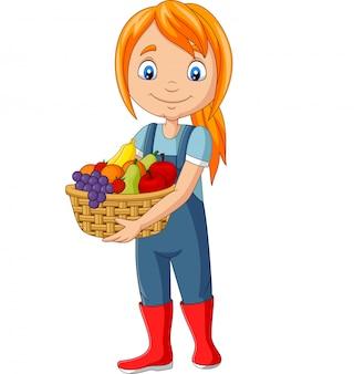 Симпатичная счастливая девушка собирает фрукты