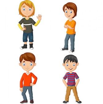 Счастливая группа молодых людей, стоящих
