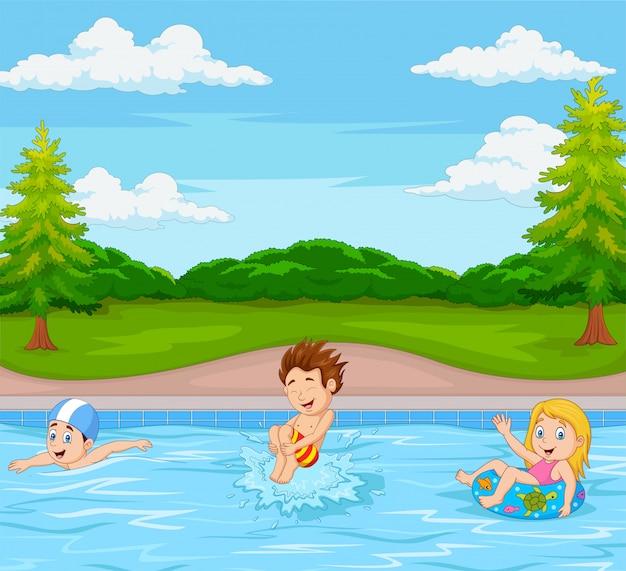 スイミングプールで遊ぶ子供たち