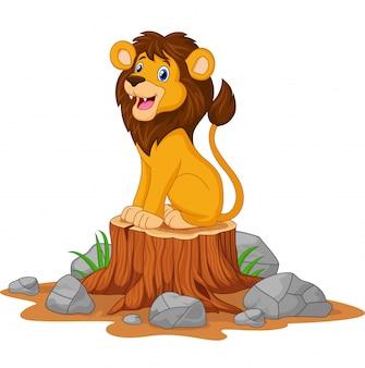Счастливый мультяшный лев сидит на пне