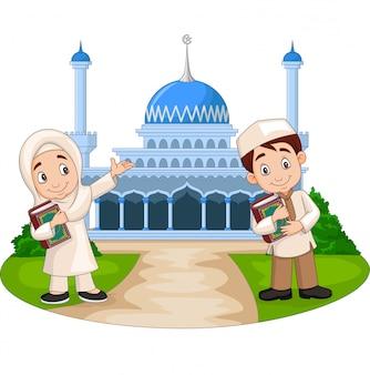 モスクの前で幸せな漫画イスラム教徒の子供たち