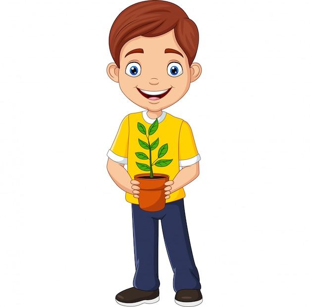 Улыбающийся мальчик, держа в руке растение в горшке