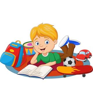 Счастливый маленький мальчик играет с игрушками