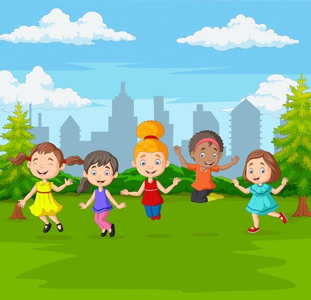 緑豊かな公園でジャンプ幸せな子供