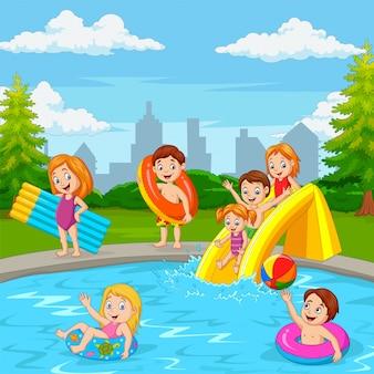 スイミングプールで遊んで漫画幸せな家族