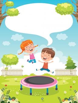 Счастливые маленькие дети играют в батут