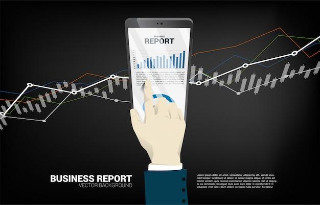 Закройте вверх по отчету о диаграммы дела касания руки бизнесмена в мобильном телефоне.