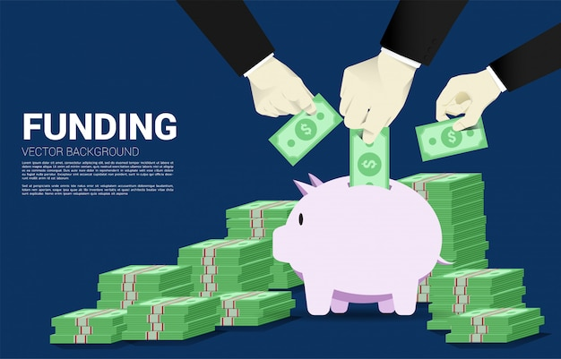 複数のビジネスマンの手が貯金箱に紙幣を置く