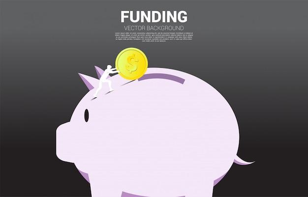 ビジネスマンは貯金箱にお金のコインを押す