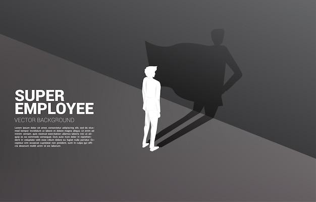ビジネスマンのシルエットとスーパーヒーローの彼の影