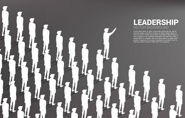 シルエットのビジネスマンは、前進するビジネスマンのグループをリード